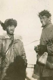Twee door de zon gebruinde mannen poseren voor de foto. Zij dragen dikke jassen.