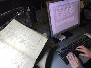 Vrijwilligers Zeeuws Archief voeren gegevens uit achttiende-eeuwse rechtbankvonnissen in, 2019. Foto: A. van Waarden-Koets