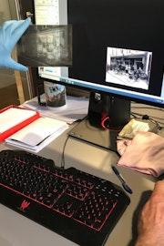 Vrijwilligers Zeeuws Archief scannen en beschrijven afbeeldingen ten behoeve van de beeldbank, 2019. Foto: A. van Waarden-Koets