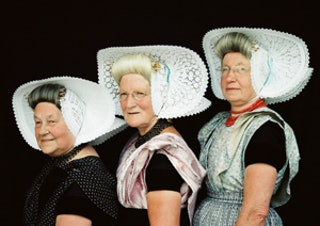 Drie Arnemuidse dames in traditionele klederdracht.