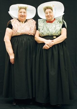 Twee Arnemuidse dames in traditionele klederdracht