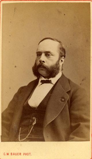 Carte-de-visite-foto van een man met een baard, in kostuum met horlogeketting.