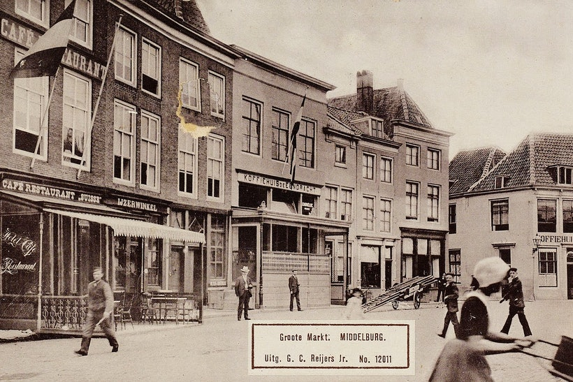 Gezicht op de Grote Markt te Middelburg met o.a. café-restaurant Suisse, koffiehuis De Eendracht en rechts, op de hoek met de Pottenmarkt, koffiehuis De Vriendschap rond 1890-1900. Zeeuws Archied Beeldbank HTAM-P-0573