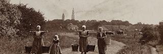 Vrouwen met juk op de Breeweg bij Koudekerke, op de achtergrond Middelburg.