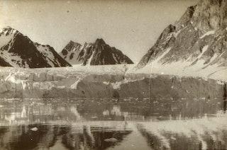 Zwartwit afbeelding van bergen en pakijs.