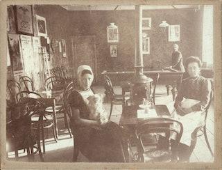 In een uitspanning te Domburg. Zeeuws Archief, Beeld en Geluid, Collectie C.J. Vreeke 1201