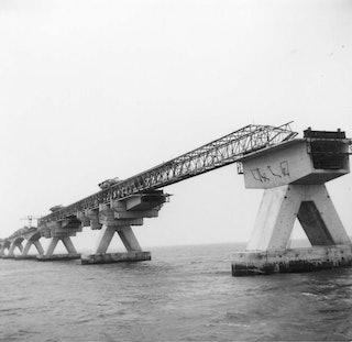 Zwart-witfoto van de Zeelandbrug in aanbouw