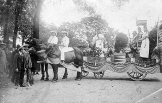 Praalwagen op het erf van de boerderij van Bouwman op de Wereld in Nieuwerkerk, 1923. Zeeuws Archief, Beeldbank Schouwen-Duiveland inv.nr NWK-11.