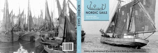 Opengeslagen omslag met links de achterzijde van een boek en rechts de voorzijde, beide met zwartfoto's van historische zeilschepen.