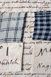 Op een met inkt geschreven brief liggen twee stukjes stof, beide blauw gestreept. Onder het stukje textiel ligt een klein briefje met de tekst No 1 Oostindisch, onder het tweede No 2 nagemaakt.