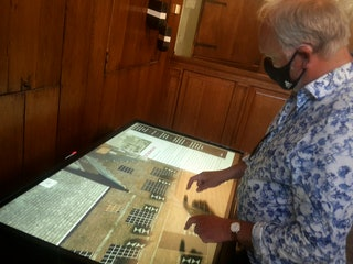 Peter Blom bekijkt de interactieve kaart van Veere in 1813.