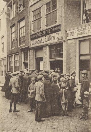 Vluchtelingen in Middelburg die wachten op de uitdeling van dekens en kleding. Zelandia Illustrata III 403
