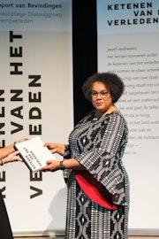 Twee vrouwn poseren en houden beide een rapport in de vorm van een boek vast.