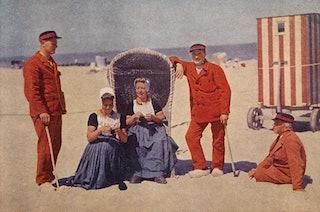 Badvrouwen en -mannen op het strand in Domburg, 1931