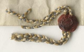 Detail van het privilige. Aan een perkamenten document is een gevlochten koord met een zegel in rode was bevestigd.