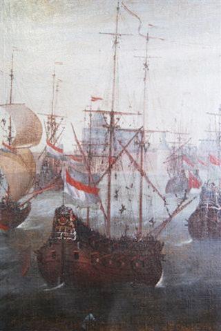 Detail uit het schilderij 'Schepen op de rede van Veere, 1651' van het schip met nr 10: het fluitschip De Posthoorn, ook genaamd de Trouwe. Schipper is Adriaan Thijsen. Zijn schip wordt omschreven als 'een fluijt met 2 deks bak en galjoen'. De kiel meet 110 voet en het schip kan '150 last' of '16 stuk' vervoeren. De bemanning bestaat uit 22 koppen, waaronder 2 scheepsjongens. Op de achtergrond is de Grote Kerk van Veere te zien. Zeeuws Archief, verzamelingen van de gemeente Veere, inv.nr GV150.