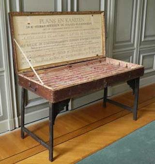 Kist van de familie Hattinga met plaats voor kaarten van Zeeuws-Vlaanderen. Zeeuws Archief.