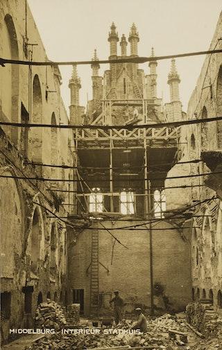 Het verwoeste interieur van de Vleeshal naast het stadhuis in Middelburg, waar de archieven werden bewaard, juni 1940. Zeeuws Archief, Historisch-Topografische Atlas Middelburg (HTAM), nr HTAM-P-1508.
