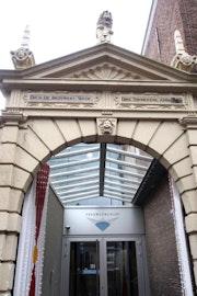Zandstenen poort uit de 17e eeuw die toegang biedt tot de entree van het Zeeuws Archief in Middelburg.
