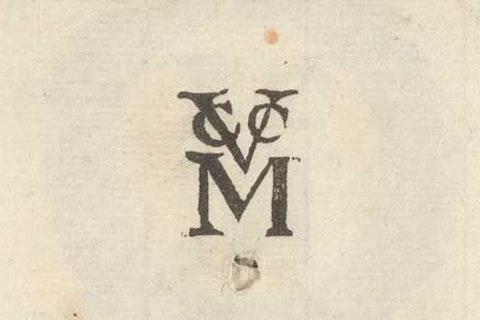Logo in de stijl van het VOC-logo, met de in elkaar grijpende letters V, C en C, en daaronder een grote letter M.