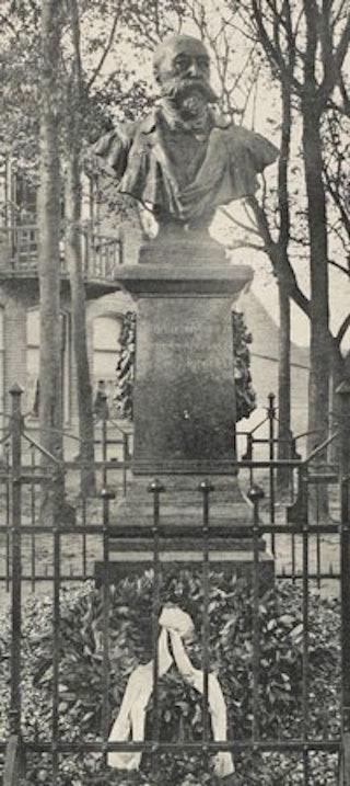 Buste van dr J.G. Mezger op 't Groentje te Domburg. Het beeldhouwwerk van beeldhouwer August Falise (1875-1936) werd 29 september 1910 onthuld. Zeeuws Archief, Zelandia Illustrata Prentbriefkaarten 348