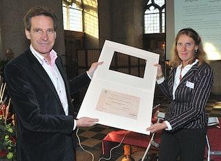 Oude stadhuis, 4 november 2011: Gert Oostindie overhandigt het certificaat van de UNESCO aan Hannie Kool, directeur van het Zeeuws Archief. Sinds mei 2011 staat het archief van de MCC op de werelderfgoedlijst van documentaire werken. Foto: Aart van Belzen.