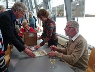 Foto: Françoise de Nooijer en Barend Puype, auteurs van 'De Dry Clavers en bewoners', signeren na afloop van de presentatie van het boek in het Zeeuws Archief