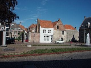 Het slavernijmonument met de bijbehorende fontein aan de Balans te Middelburg. Op de achtergrond het voormalige pakhuis van de Middelburgse Commercie Compagnie. Foto: Zeeuws Archief, 2009.