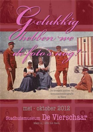 Affiche expositie Gelukkig hebben we de foto's nog! t/m oktober 2012 in Stadhuismuseum De Vierschaart te Veere.
